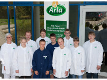 Die neun neuen Auszubildenden und die Standortleiterin Mette Toft am Arla Standort Upahl