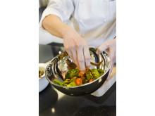 Kock serverar sallad