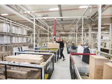 Det finns 21 saxliftbord för att göra plockprocessen mer ergonomisk och underlätta arbetet.