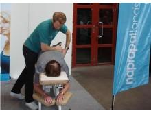 Naprapat behandlar ryggproblem på mässa!