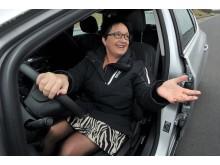 """""""Jamen det gik da godt,"""" smiler Karin Gaardsted, medlem af Folketingets Transportudvalg, efter en adrealinfremkaldende dæktest på FDM Sjællandsringen."""