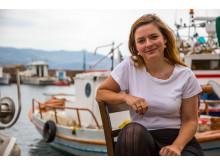 Katja Skov Linde tog sidste sommer til Lesbos som frivillig hjælper i forbindelse med de mange flygtninge. Nu er flygtningestrømmen stilnet af, men Katja har valgt at blive på øen for at hjælpe den hårdt ramte lokalbefolkning.