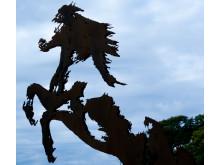 Den ståtliga hingsten vaktar sin flock av Vildhästar