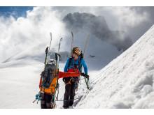 Lowepro_Emotional-Image_Lowepro_Powder_BP500_ski_hiking_on_hill_alt