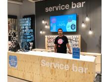 Myymäläpäällikkö Jani Godenhjelm toivottaa asiakkaat tervetulleeksi uudistettuun myymälään.
