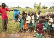 Barn på förskola i Uganda tvättar händerna.