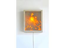 """""""Close up"""" av Hanna Stahle (28 x 33 x 8 cm) ansiktsavtryck som spegelfolierats belyst från insidan."""