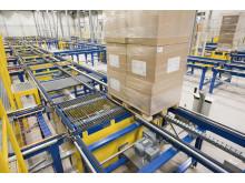 Conveyorsystemet hos JYSK dækker en samlet længde på 1,2 km og indeholder 189 rulletransportører og 325 kædetransportører