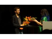 Björk överlämnar 2012 års HARPA Nordic Film Composer Award till svenske filmmusikkompositören Fredrik Emilson