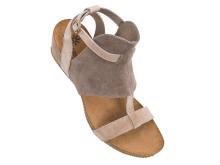 Sandal med låg kilklack.