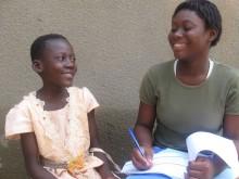 Amandine, 12 år från Burkina Faso intervjuas av personal från ChildFund Alliance