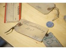 Under golvet har man bland annat hittat dessa etiketter med prydlig handstil.