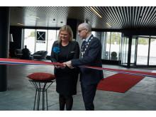 Anne-Margrethe Tveit og Tom Staahle, Ordfører i Ullensaker kommune klipper snoren