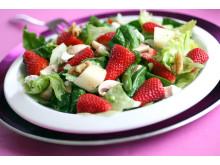 Jo visst kan du ha jordbær i salat!