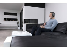 beyerdynamic amiron wireless_man in sofa