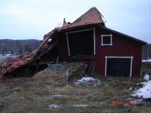 En ladugård i Hälsingland som skadats i stormen Dagmar