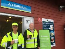 Bild på personal som bjuder på fika utanför återbrukshuset