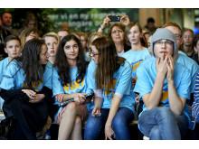 Kortedalatjejerna Teodora Maric (i mitten) och Sofia Renman från Assaredsskolan förbereder sig med lagledaren Alexandra Back (till vänster) inför presentationen på finaldagen.