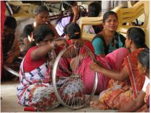 kvinnor bygger cykelhjul, Hand in Hand