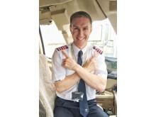 """I hele oktober skifter Thomas Cook-piloterne guldstriberne ud med pink striber. Skulderdekorationen hedder epauletter afledt fra fransk af épaule, """"skulder""""."""