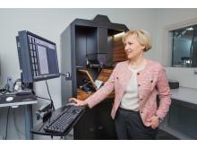 Helene Helmark Knutsson, minister för högre utbildning och forskning, digitaliserar vid Kungliga biblioteket.