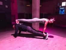 Yogaspass in der Fabrik Bayreuth: NOSADE Geschäftsführerin Anica Alla im double plank mit Fabrik-Geschäftsführer Ahmad Kord Bacheh