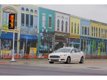 Ford er verdens første bilprodusent som tester selvkjørende biler i simulert bytrafikk
