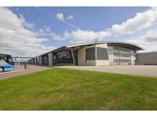 Billund Airport 09 udefra med græs og blå himmel
