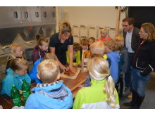 Bodil Møller bager med skolebørn
