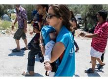 Kvinna i UNHCR hjälper spädbarn