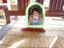 Bandana Khadka tar bild på sig i spegeln