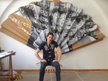 Kristina Müntzing framför ett av sina verk i utställningen MEE MAWING