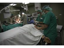 Två patienter opereras samtidigt inne på operationssalen på Al-Aqsa sjukhuset i Gaza. Foto: Aurelie Baumel/Läkare Utan Gränser.