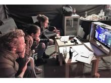Unser Kampagnen-Team Katja, Mariam und die Agentur laut von leise verfolgt gespannt die  Szenen auf dem Bildschirm