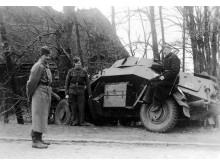 Danske soldater poserer for fotografen ved en sønderskudt tysk panservogn ved Bredevad 9. april 1940