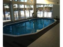 Träkomposittrall från Scandinavian Plank går även att montera runt pooler inomhus.