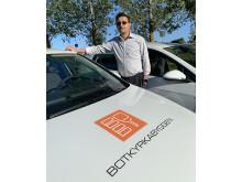 Joe Martarian, affärsområdeschef på Botkyrkabyggen, med en av de nya elbilarna.