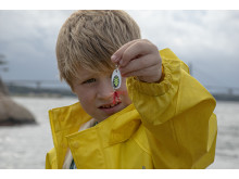 Sportfiskaren William visar upp sin favoritspinnare.