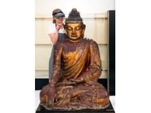 Restaurering av buddhaskulptur