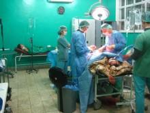 En patient som har skadats i en bombattack opereras på Läkare Utan Gränsers sjukhus i Azas i januari 2013.
