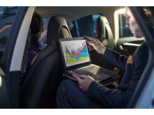 Man using HP EliteBook Folio 1020 G1 Special Edition in car HP20141212344