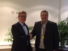 LHL og Komplett Apotek innleder samarbeid. Fra venstre Geir Eide (Komplett Apotek) og Frode Jahren (LHL)
