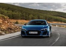 Audi R8 Coupé (Ascari Blue metallic) dynamisk billede på vej