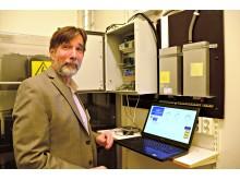 Raymond M Kaiser, Director Energy Management Systems, Amzur Technologies, visar upp det nya styrsystemet