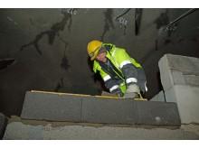 Notodden Flis og Mur har fire murere i arbeid inne i tunnelen.