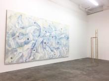 Bea Bonafinis konstverk till Rosenlunds herrgård, här i utställningen She shreds på Lychee One, London.