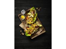 Grillat surdegsbröd med färskost, avokado och rimmat fläsk