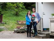 Vinnarfamiljen Nina och Rasmus Lyckälv med dottern My framför #Sverigesfulasteträdgård