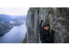 Том Круз на отвесной стене скалы Прекестулен