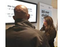 Nura Mukarker visar hur man installerar bank-id i en smartphone.